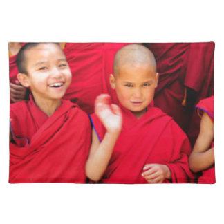 Kleine Mönche in den roten Roben Stofftischset
