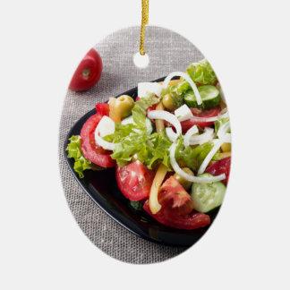 Kleine Schüssel Salat gemacht vom natürlichen Ovales Keramik Ornament