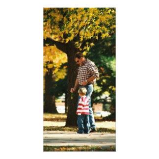Kleiner Junge, der mit Vati spazierengeht Fotogrußkarten