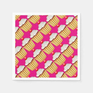Kleiner Kuchen mit besprüht und Kirsche auf die Serviette