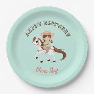 Kleines Cowgirl auf Pappteller