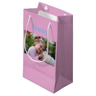 Kleines Mädchen mit Häschen - addieren Sie Foto Kleine Geschenktüte