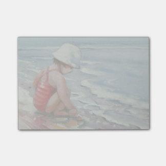 Kleines Mädchen mit weißem Hut am Strand Post-it Klebezettel