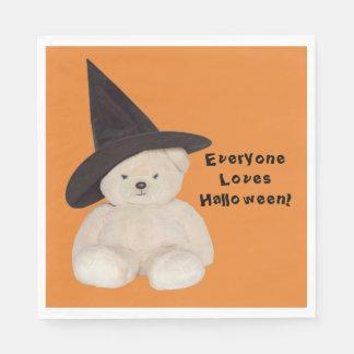Knuddeliger Teddybär, der einen schwarzen Hexe-Hut Papierserviette