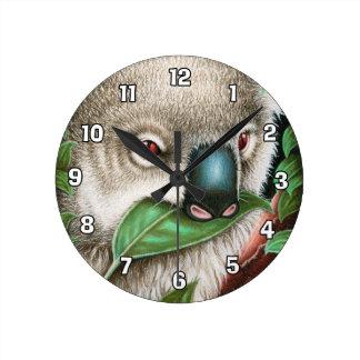 Koala Muching eine Blatt-Wanduhr Runde Wanduhr