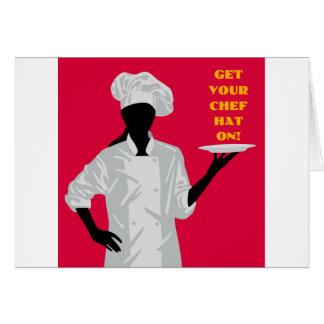 Koch, der Teller hält Karte