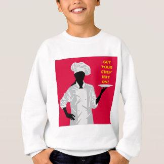 Koch, der Teller hält Sweatshirt