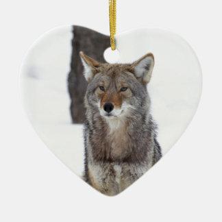 Kojote, der im Schnee sitzt Keramik Herz-Ornament