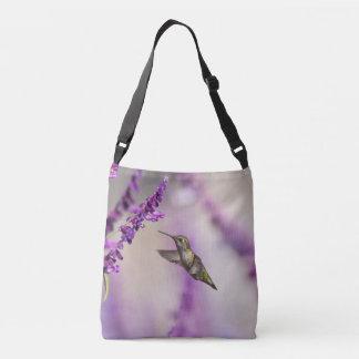 Kolibri, der auf lila Salvia Blume füttert Tragetaschen Mit Langen Trägern