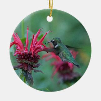 Kolibri, der auf rosa Blumen füttert Keramik Ornament