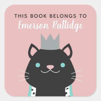 Königliches Rosa der Katzen-| dieses Buch gehört Quadratischer Aufkleber