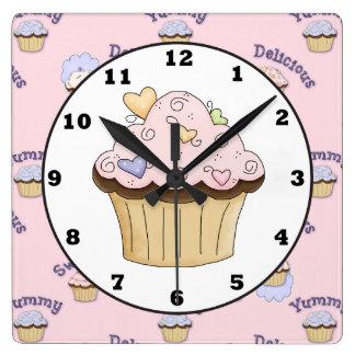 Köstliche rosa cupacke Bäckerei-Küchen-Wanduhr Quadratische Wanduhr
