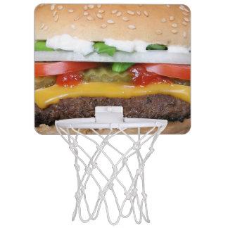 köstlicher Cheeseburger mit Mini Basketball Ring