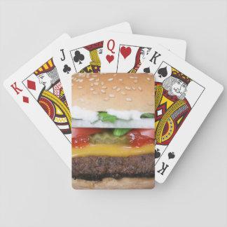 köstlicher Cheeseburger mit Spielkarten