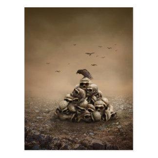 Krähe, die auf einem Stapel von Sculls sitzt Postkarte