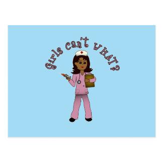 Krankenschwester im Rosa scheuert sich Postkarte