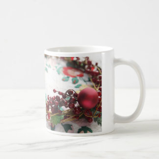Kranz mit Beeren auf einer Steppdecke Kaffeetasse