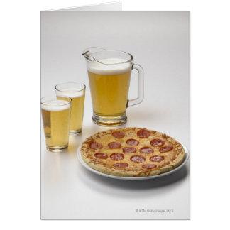 Krug und zwei halbe Liter Bier neben Pepperonis Karte