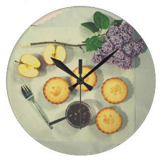 Küchenuhr mit kleinen Kuchen und Äpfeln mit Stau Große Wanduhr