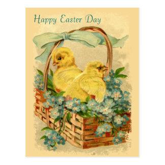 Küken in einer Korb-Vintagen Ostern-Postkarte Postkarte