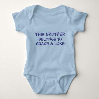 Kundenspezifische Geschwisternamen auf Baby Bruder Baby Strampler