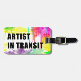 Künstler bei dem Transport - perfekter kreativer Gepäckanhänger