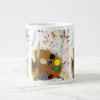 Künstler-Farben-Spritzer und Palette der Farbe Jumbo-Tasse