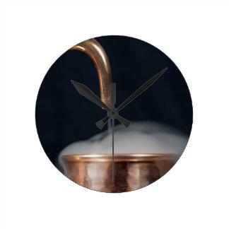 kupfernes Rohr einer Brennerei mit Dampf Runde Wanduhr