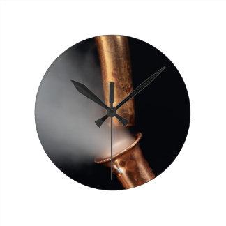 Kupfernes Rohr mit Dampf Runde Wanduhr