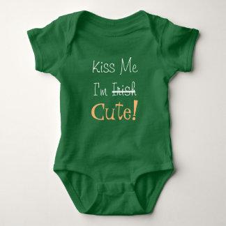 Küssen Sie mich, den ich niedlich bin Baby Strampler