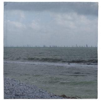 Küste des Strandes mit Segelbooten auf dem Stoffserviette
