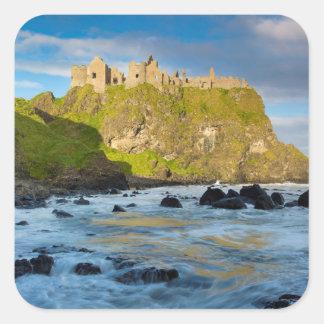 KüstenDunluce Schloss, Irland Quadratischer Aufkleber