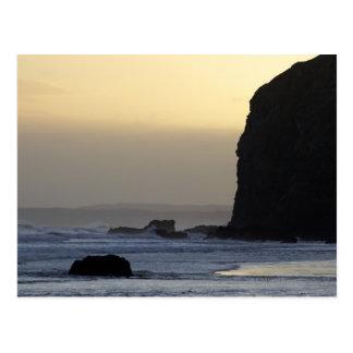 Küstenlinie mit stürmischen Meeren Postkarte