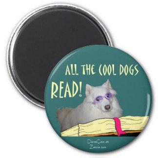 La bibliothèque - Samoyed - les chiens frais a lu  Magnet Rond 8 Cm