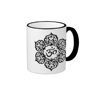 La fleur de Lotus en acier OM conçoivent - le noir Mug Ringer