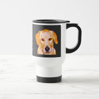 Labrador-Retriever in der Reisebecher