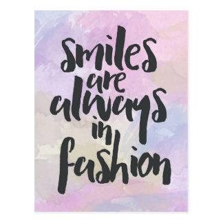 Lächeln im Mode-Zitat Postkarte