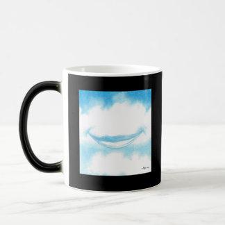 Lächeln in den verwandelnden Wolken Verwandlungstasse