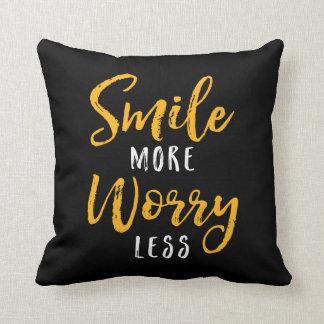 Lächeln Sie mehr. Sorge weniger Kissen
