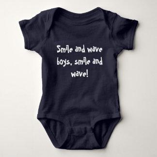 Lächeln Sie und bewegen Sie Jungen, Lächeln und Baby Strampler