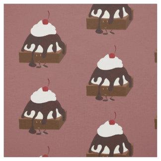Lächelnde Eiscreme überstieg Schokoladenkuchen Stoff