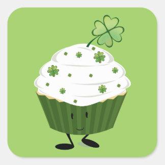 Lächelnden St Patrick Tageskleiner kuchen Quadratischer Aufkleber