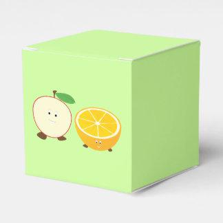 Lächelnder halber Apfel und halb orange Geschenkschachtel