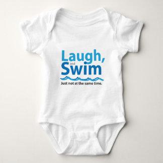 Lachen und Schwimmen… gerade nicht gleichzeitig Baby Strampler