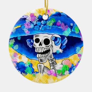 Lachende Skeleton Frau in der blauen Mütze auf Keramik Ornament