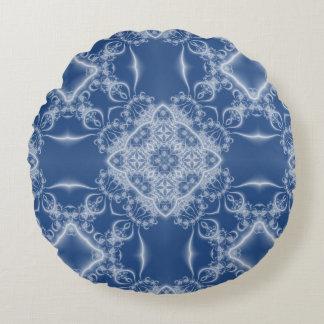 Lacy weißes und blaues Fraktalmuster Rundes Kissen