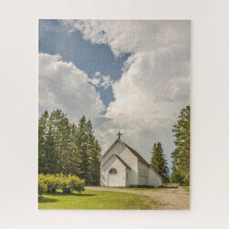 Ländliche weiße Kirche mit einem Kreuz und