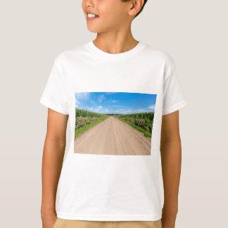 Landschaft mit sandigen Straßen- und Maisfeldern T-Shirt