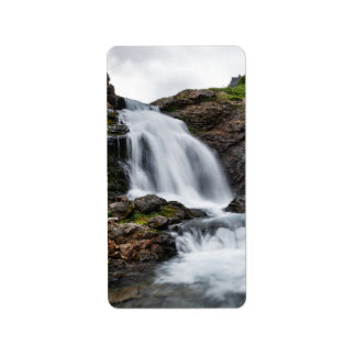 Landschaftlicher Wasserfall im Gebirgsfluß Adressaufkleber