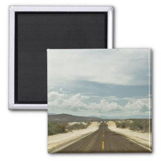 Lange gerade Straße durch Mexikaner Baja Quadratischer Magnet